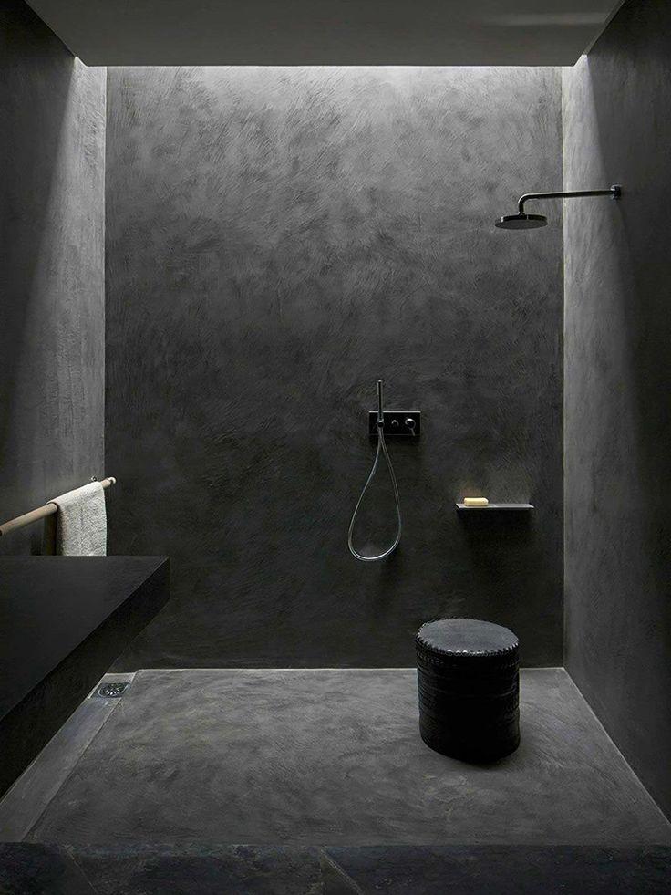 Banheiro minimalista em tom escuro