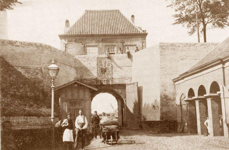 De Molenpoort aan de binnenkant, waarbij meteen het oog valt op de fraaie gevelsteen uit 1533, voorstellende het stadswapen. Boven de poort woonde omstreeks deze tijd de poortwachter A. Vlam. Deze werd in de volksmond Vlammetje genoemd. Hij lustte wel een versnapering en had daardoor een glanzende roodpurperen neus. Verder had hij een grijs krullend ringbaardje, waardoor hij op een Friese schipper leek.