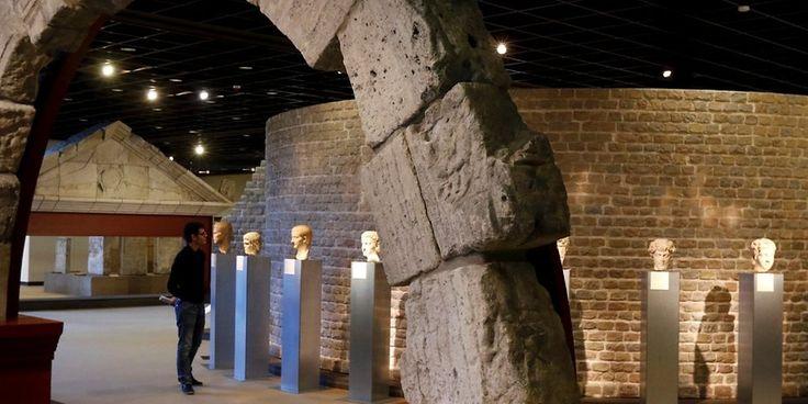 Das römische Mosaik mit Szenen aus der Welt des Dionysos (um 220/230 n. Chr.) und der rekonstruierte Grabbau des Legionärs Poblicius (um 40 n. Chr.) sind wohl die bekanntesten Werke des Römisch-Germanischen Museums in Köln. Seine Sammlung schöpft aus dem archäologischen Erbe der Stadt und ihres Umlandes von der Urgeschichte bis zum frühen Mittelalter.  Zahlreiche Funde zum römischen Alltagsleben führen den Besucher mitten in die römische COLONIA CLAUDIA ARA AGRIPPINENSIUM. Römische Arc...