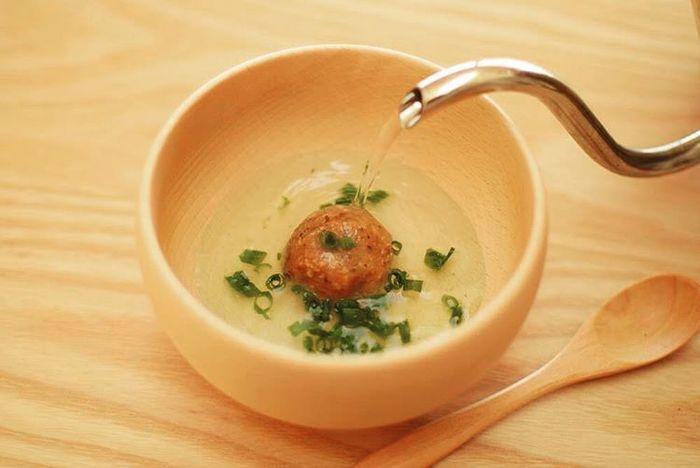 「味噌玉」は、味噌にだしとなる鰹節やいり粉、具材の野菜などを混ぜて作る自家製のインスタントみそ汁です。一杯分ずつ小分けにして保存しておけば、食べたい時にお椀にポンと入れてお湯を注ぐだけ。あっという間に自分好みのお味噌汁が出来上がります。