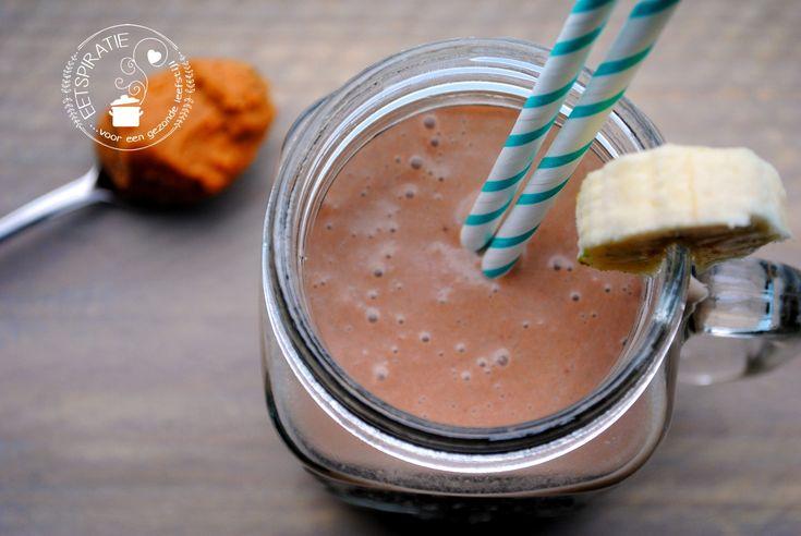 Een lekkere dikke romige chocolade smoothie als ontbijt of tussendoortje, dat gaat er altijd wel in. Hij vult goed door de avocado en een schepje pindakaas.