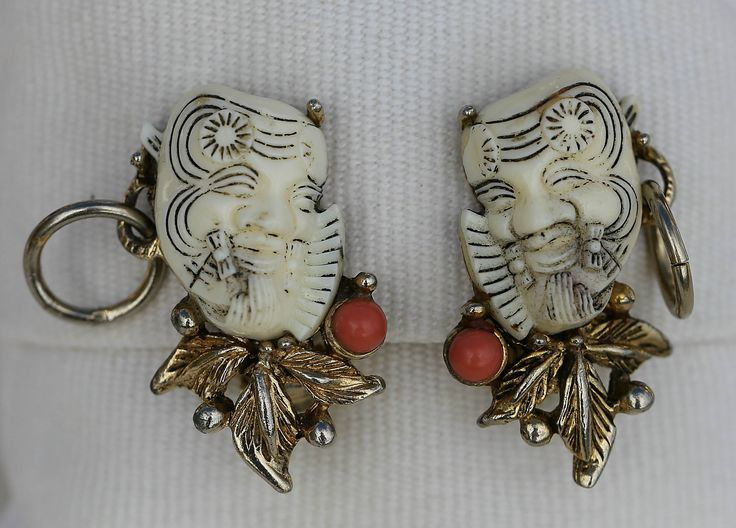 Ok, I have to admit that these NOH mask clip earrings by SELRO can't really be called pretty... However they are rather unique and pretty hard to find. Little information is available about SELRO. The company was based in New York City and manufactured jewellery during the 1950s and 1960s. The owner of the company was Paul Selenger. The current value of these earrings is approx. NZ$100.