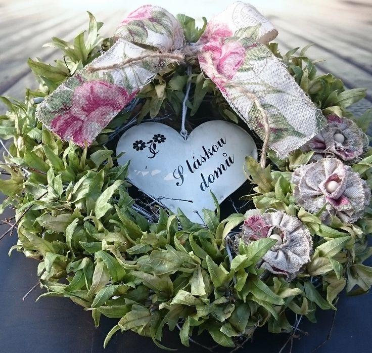 S+láskou+domů+Věneček+se+sušinou,+plechovým+srdíčkem,+látkovými+květy,+průměr+30+cm.