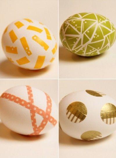 Uova di Pasqua decorate con la carta decoupage