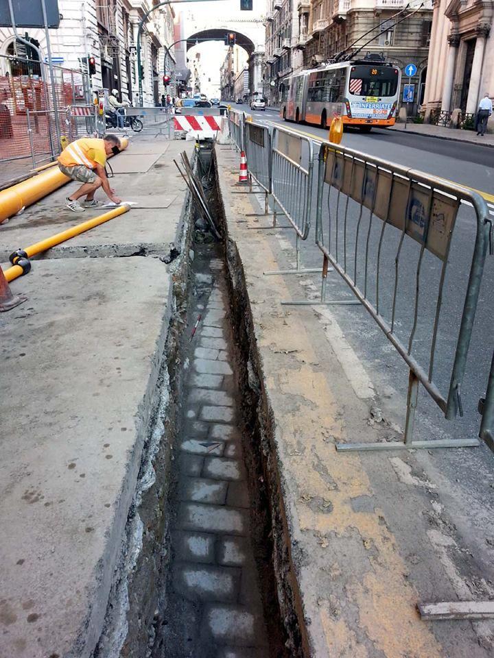 Durante lavori in via XX Settembre, nel cuore del centro di Genova, è emersa la vecchia via della Consolazione sepolta sotto la strada attuale e le strutture ancora precedenti di età postmedievale.