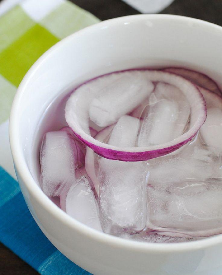 Если ты используешь в блюде сырой лук, то замочи его в ледяной воде. Он станет менее острым, а самое главное — не будет оставлять неприятного послевкусия.