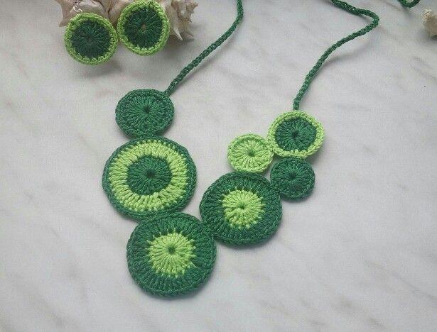 Háčkovaný náhrdelník.