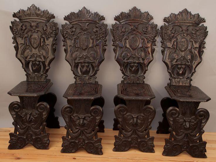 Vier Brettstühle aus Venedig  Epoche : Sonstige Holzart : Eiche Maße : Höhe 124 cm, Breite 38 cm, Tiefe 38 cm, Sitzhöhe 54 cm Kennung : Nr. 707