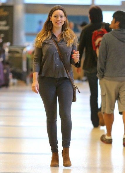 Kelly Brook Photos - British model Kelly Brook picking up a friend at LAX Airport in Los Angeles, California on November 15, 2014. Kelly grabbed a coffee while waiting for her friend's plane to arrive. - Kelly Brook Photos - 1172 of 11473