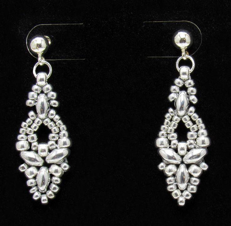 Elinor Earrings - free pattern available here: http://craftyinspirationbylinda.blogspot.com/2015/06/free-beading-pattern-elinor-earrings.html