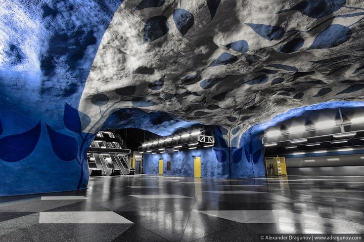 Wie Stockholm bezoekt hoeft geen dure museumtickets te bemachtigen om van kunst te kunnen genieten. Met een vervoersbewijsje voor de metro, de Tunnelbana, kom je namelijk al een heel eind. Stap bij de (veelal uit rotsen uitgehakte) ondergrondse haltes uit en je hebt je portie kunst meer dan binnen. Neem een kijkje in 's werelds langste kunstgalerie, gefotografeerd door Alexander Dragunov.