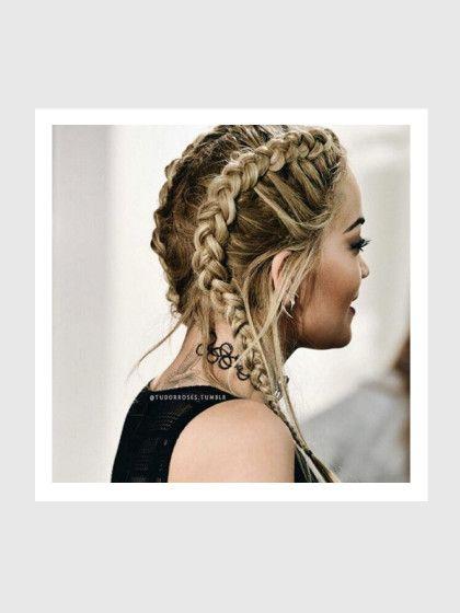 Und Rita Ora. Die mag's lieber ein wenig rockig, zupft am Ohr noch ein paar Strähnen heraus und kombiniert die Frisur mit einer Tattoo-Kette. So oder so, der Look ist cool und richtig vielseitig, darf zum Sport oder im Alltag getragen werden und passt zu vielen Styles.