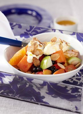 Ensalada de frutas con queso cottage. Fruit salad with cottage cheese
