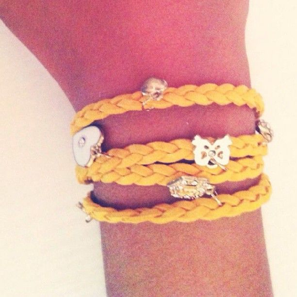 #braidedbracelet #charm #shoppingonline #etsy #lindsaystuff   https://www.etsy.com/it/listing/163782339/bracciale-intrecciato-in-caucciu-e