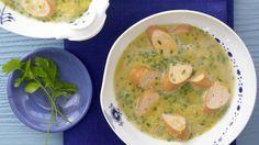 Wie bei Oma: Erbsencremesuppe mit Geflügelwürstchen | http://eatsmarter.de/rezepte/erbsencremesuppe