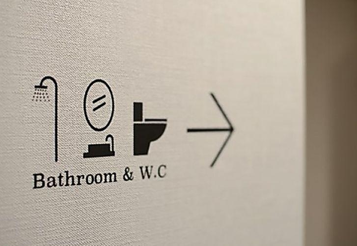 <p>サインで壁面をデザインするというのも手ですね。</p>