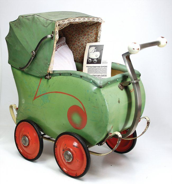KATHE KRUSE doll's pram, 70 cm, original condition, original conceal, the scratches on the paintwork are caused by old age, rare, with original Kathe Kruse brochure, c. 1934.  More:  https://en.wikipedia.org/wiki/K%C3%A4the_Kruse