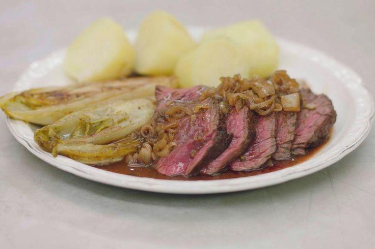 Voor Jeroen is de onglet één van de allerbeste stukjes rundvlees die er bestaan. Het vlees heeft een stevige vezel, je serveert het liefst 'saignant'. Jammer genoeg is de beschikbaarheid wat beperkt. Toch is het geen duur luxevlees. Vraag tijdig aan je beenhouwer om deze bijzondere biefstuk voor jezelf te reserveren.Jeroen serveert er Belgisch witloof bij, gekookte aardappelen en een vleessaus met wat rode porto. Meer heeft een mens niet nodig om te genieten van smaakvolle ...