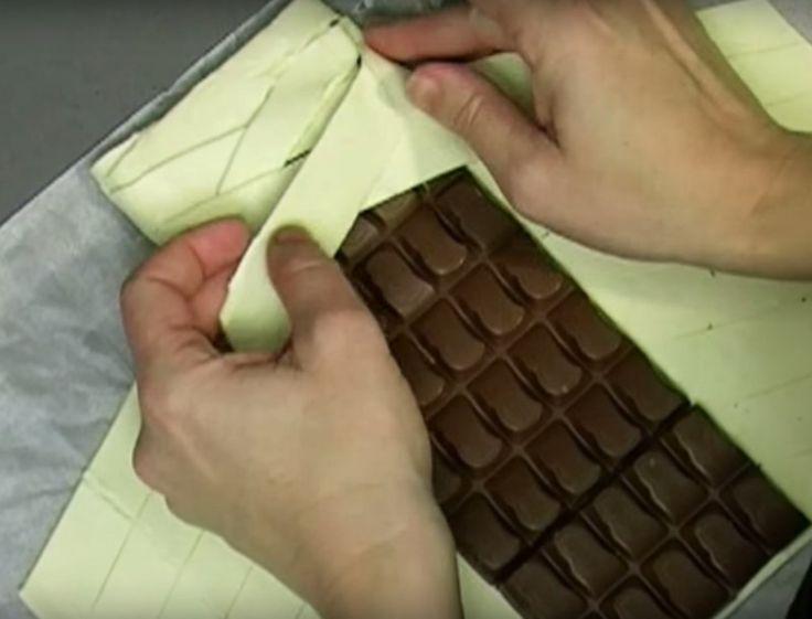 Sie legt eine Tafel Schokolade in den Ofen. Wenn du das Ergebnis siehst, wirst du das auch wollen.