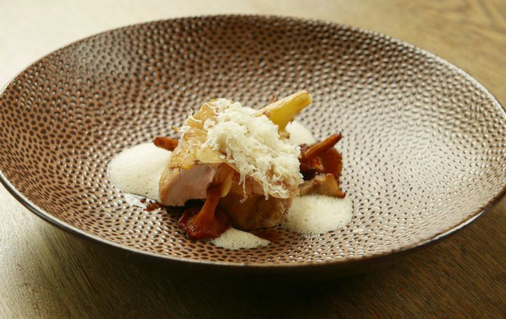 Chefkok Henk Markus en souschef Nick Twickler van restaurant Het Ambacht in Heerenveen maken een feestelijk gerecht met gebraden fazant, …