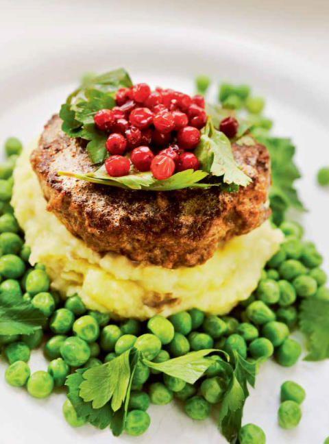 LAMMEBURGER: Kokk og kokebokforfatter Rune Kalf-Hansen anbefaler å bruke lam i oppskrifter der du vanligvis bruker kjøtt, eksempelvis burgere. Foto: EN HYLLEST TIL LAMMET/LILLE MÅNE FORLAG