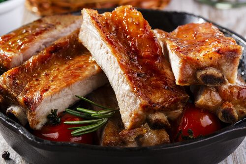 Las costillas de cerdo al horno con miel y mostaza son un plato exquisito en el que la carne queda jugosa y se desprende completamente del hueso.
