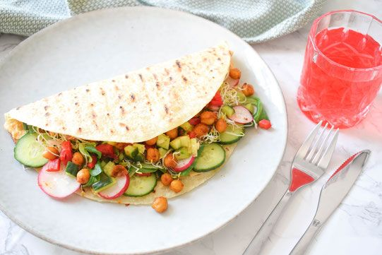 Vegan lunch recipe for wraps with roasted chickpeas