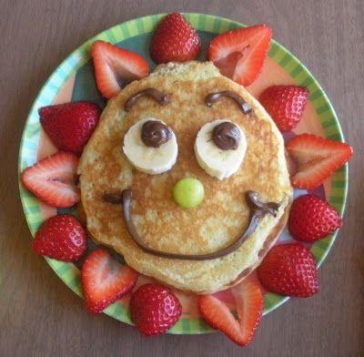 Pfannkuchengesicht mit Erdbeeren und Banane