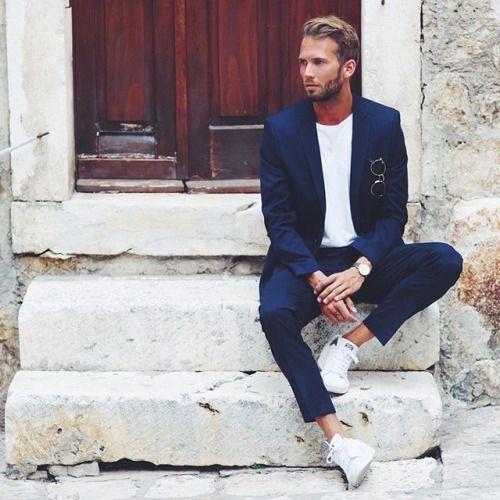 2015-09-25のファッションスナップ。着用アイテム・キーワードはスニーカー, スーツ(シングル), ネイビースーツ, 白Tシャツ, Tシャツ,etc. 理想の着こなし・コーディネートがきっとここに。| No:125681