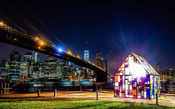 輝くNYの夜景とブルックリン橋を背景にキラキラとした光を反射し、人々の関心を集めるカラフルな小屋、『REFLECTION / KOLONIHAVEHUS』。 NYの中でも、おしゃれでアーティスティックな若者が集まるホ …