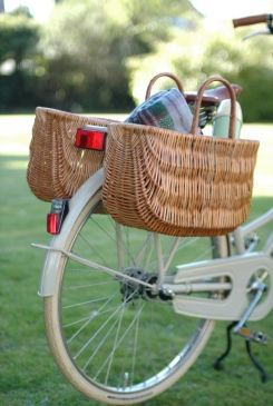 Cesta de bicicleta: alforja sobre el portaequipajes trasero - bicycle basket: pannier on a rear carrier rack.