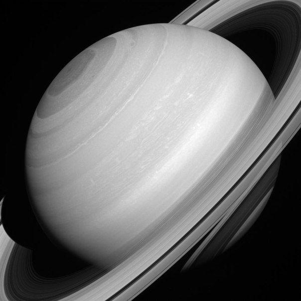Несмотря на внушительные размеры колец Сатурна - на самом деле они являются полупрозрачными, так как состоят в основном из мелких частиц водяного льда размер от пылевых частиц до нескольких метров. / Astro Analytics