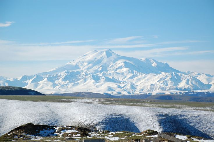 Vista do Monte Elbrus. O Monte Elbrus está situado nas montanhas do Cáucaso ocidental, na Rússia, perto da fronteira com a Geórgia.  Fotografia: JukoFF.
