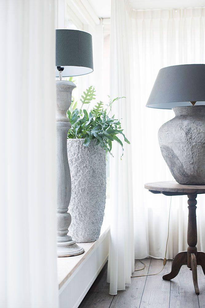 Inhousewonen Woonmagazine Banken Hoekbank Relaxen Stoer Landelijkwonen Karpetten Vloerkleed Vintage Relaxfauteuil Thuisdecoratie Tafellamp Interieur