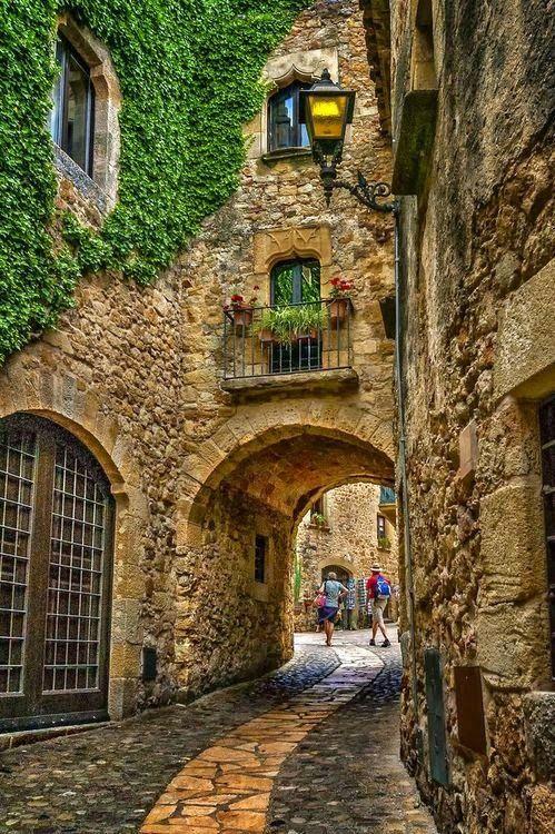 Parece San Gimignano, Itália, mas desconheço a fonte.