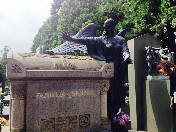 Titolare di una fabbrica di medaglie e bottoni la famiglia Jhonson è ricordata con un sarcofago di Giannino Castiglioni e un grande angelo in bronzo di Dal Castagné