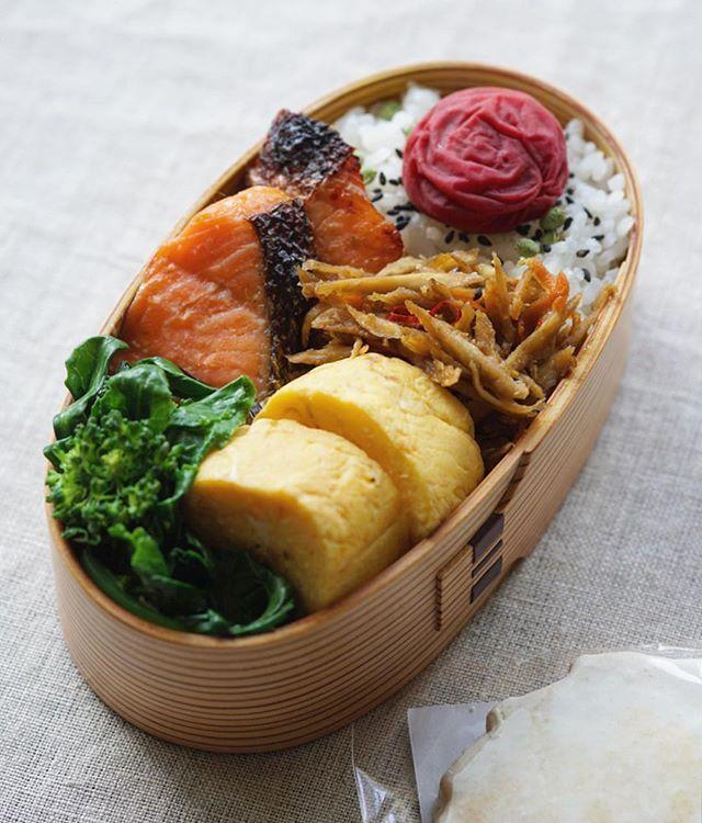 ◯鮭弁当◯ ・ 鮭の塩麹漬け たまご焼き きんぴら(辛) ハナッコリーの塩昆布和え 山椒ごま塩に梅干 ・  ベーシックなお弁当で金曜日✨お給料日 ・ 今日はおやつに いただきものの#坂田焼菓子店 のジンジャークッキーもってこ ・ いってらっしゃい いってきまーす ・ #obento #bento #lunchbox #お弁当 #おべんとう #曲げわっぱ #わっぱ #栗久 #鮭弁 #地味弁