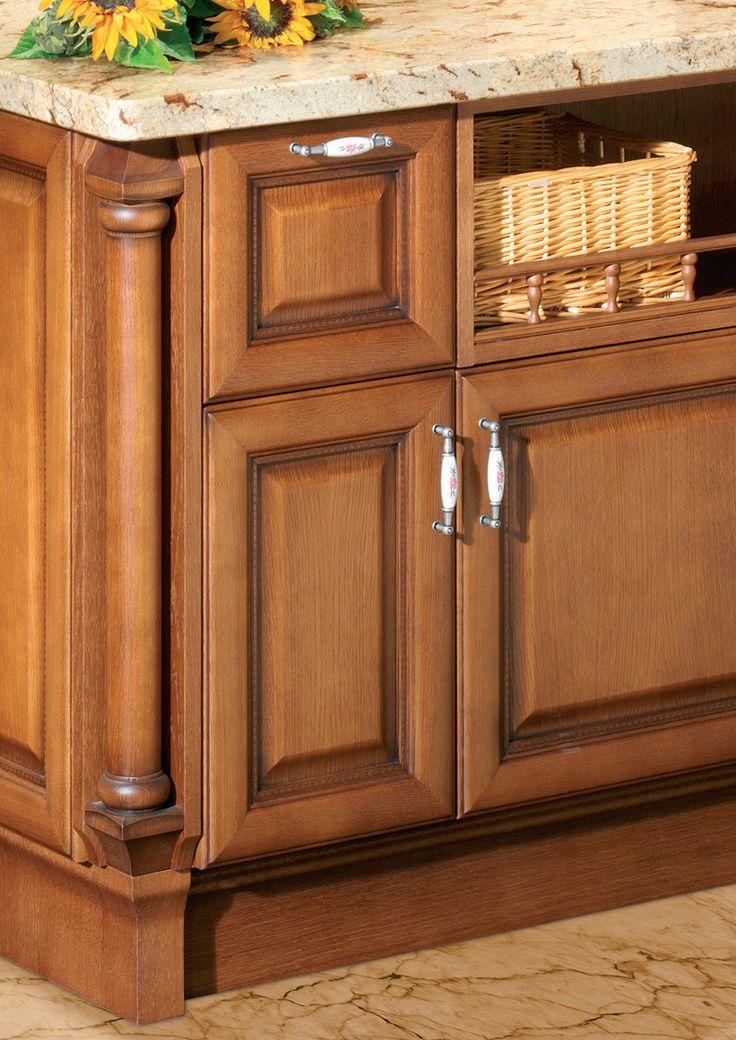 LORETA v kaštanovém dekoru s ruční patinou je jednou z našich nejzdobnějších rustikálních kuchyní.
