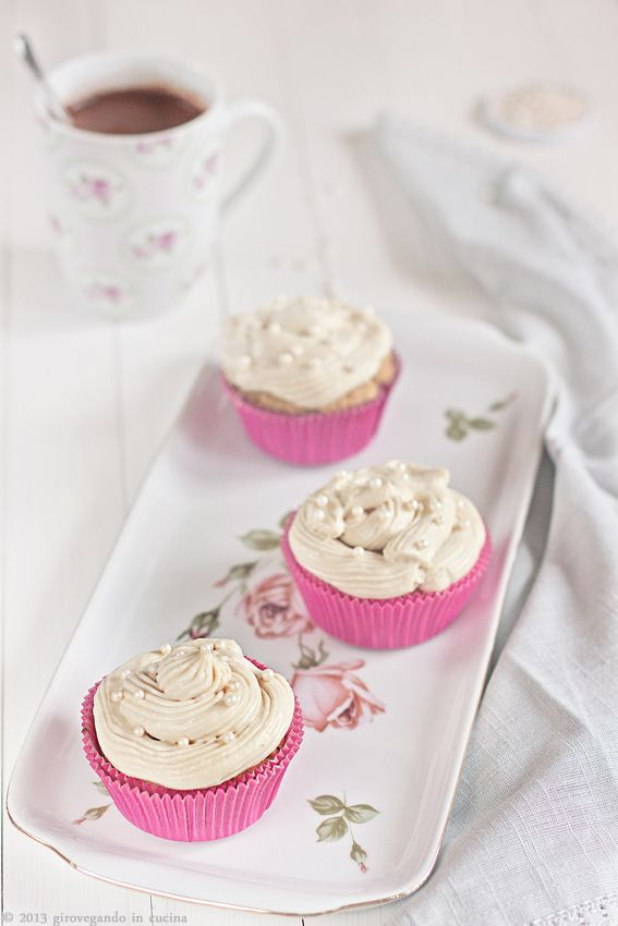 Vegan vanilla cupcakes  http://girovegandoincucina.blogspot.it/2013/03/cupcakes-alla-vaniglia.html