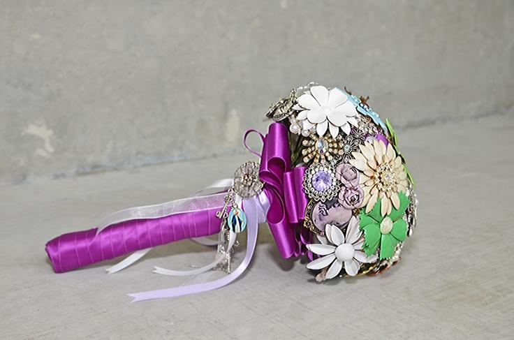 Bruidsboeket Monique - zelfgemaakt van metalen broches, binddraad, bloemen tape, satijn lint en heel veel geduld