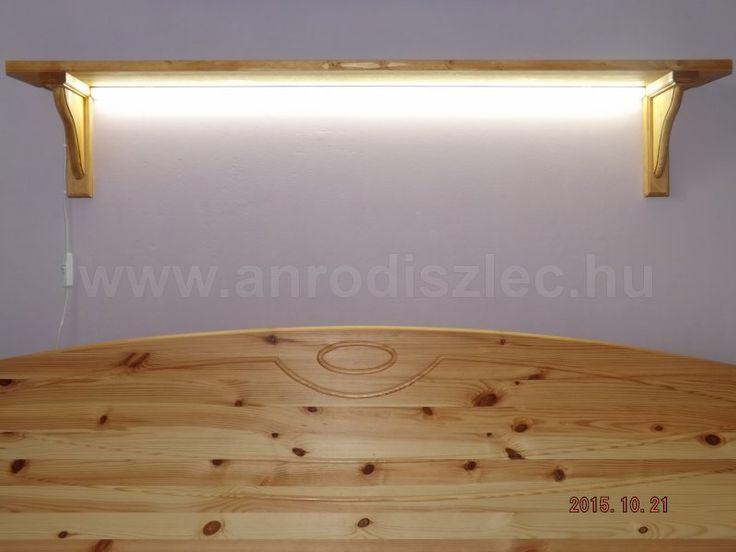 Éjjeli világítás az ágy fölötti polcra szerelve.   A 2835-120 típusú LED szalag teljes fényerőn akár olvasáshoz is alkalmas, csökkentett fényerővel azonban kiváló hangulati elem.