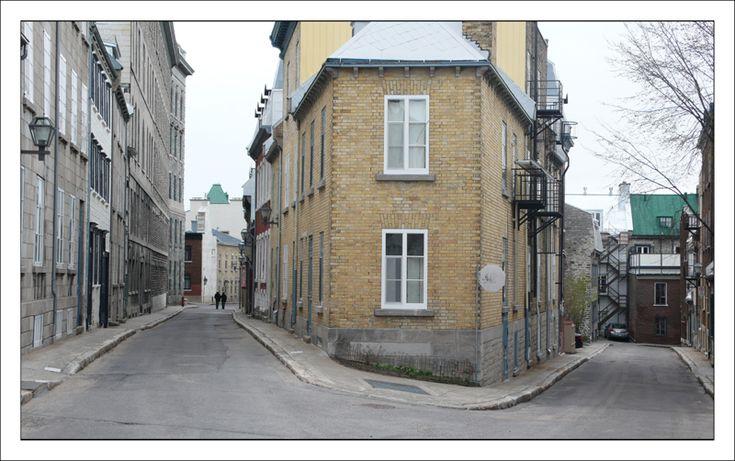 Quebec,Canada  Nous sommes au coin de la rue Hébert, à gauche, et de la rue Monseigneur de Laval, à droite. Cet angle de rue est particulier et souvent photographié dans le quartier latin à Québec.