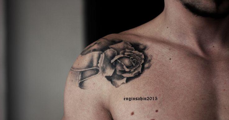 engin şahin - rose tattoo gül dövmesi - taksim dövme - tattoo artist dövme sanatçısı - shoulder tattoo - omuz dövmesi - siyah beyaz - black white