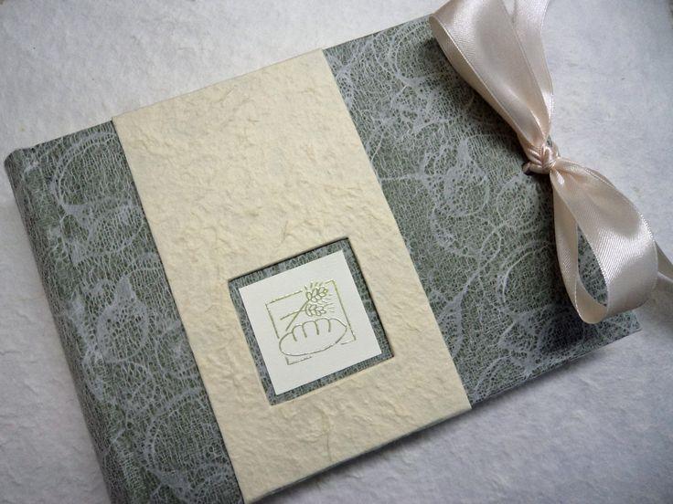 Album 15x20 realizzato in carta verde bosco con sopra applicata carta pizzo! Inserto realizzato con timbro e polvere a rilievo!