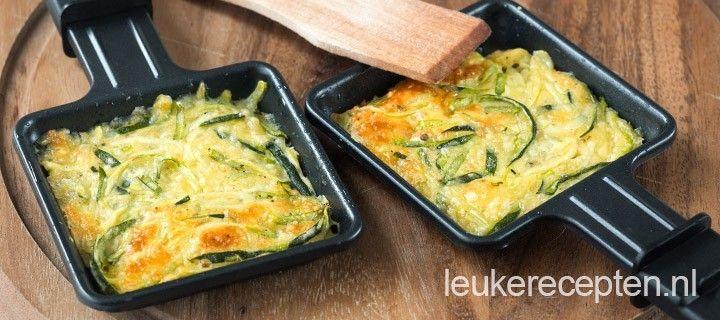 courgettekoekjes met kaas en oregano  Ingredienten 1 courgette 1 ei 30 gr bloem 30 gr geraspte kaas snufje oregano peper en zout   Bereiding Rasp de courgette grof. Klop er een ei doorheen en vervolgens ook de bloem, kaas, peper, zout en oregano.