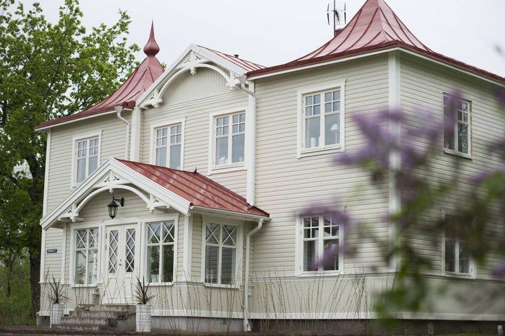 Huset i Kråksmåla återfick sin glasveranda och skinande röda plåttak