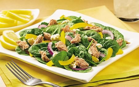 Quick and easy lunch 9 pts full serving/6 half serving(using half of tuna pouch) Ingredients 1, 2.6 oz. pouch StarKist Tuna Creations®, Lemon Pepper (6 pp+..could use half of package 3 pp+) 2 cups baby spinach, washed and trimmed ¼ cup feta cheese (3 pp+) ¼ cup thinly sliced red onion ¼ small yellow pepper, thinly sliced  Directions Place spinach in bowl or on plate.  Top with tuna, cheese, onion and pepper.  Toss and enjoy!