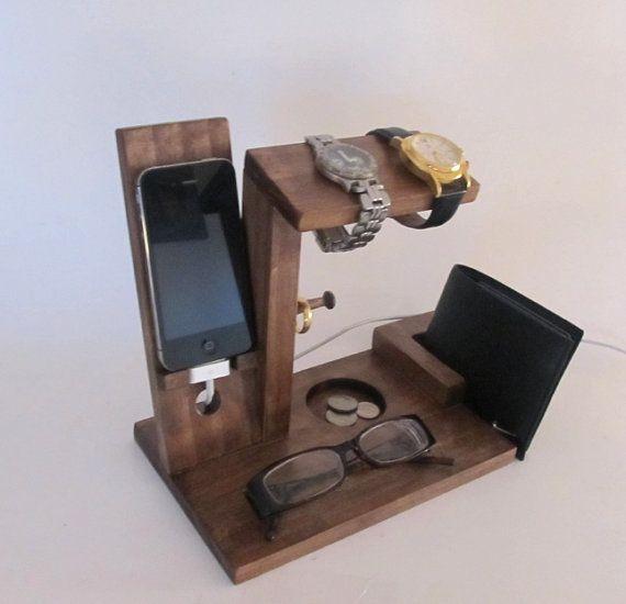 Dies ist ein iPhone-Dock mit Uhr Inhaber, Münze/Manschettenknopf Halter, Ring Inhaber und Brieftasche Halter. Inhaber der Uhr kann 2 Uhren aufnehmen. Es gibt 2 Ring-Post, Ihre Ringe zu speichern. Jeder Ring-Post ist 2inches lang, so dass Sie mehrere Ringe auf jeder Beitrag speichern. Das iPhone Dock ist gebaut, 4, 5 oder 6 Version zu halten, wählen bei der Bestellung. Unter der Uhr ist Inhaber es Speicherplatz für Ihren Geldbeutel. Das iPhone Dock misst 8 1/2 Zoll und 8 Zoll hoch ist…