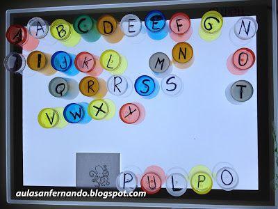 Componemos palabras con nuestros vasos de letras y la mesa de luz