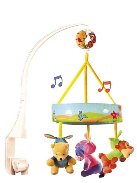Nalle Puh -musiikkimobilessa suloiset minihahmot säestävät vauvan rauhallista hetkeä tutulla Levon hetki nyt lyö -laululla. Hahmot pyörivät aina musiikin soidessa. Voit kiinnittää musiikkimobilen sängyn reunaan tai vaipanvaihtopaikan yläpuolelle. Korkeus noin 67 cm. Toimii vieterimekanismilla. Pintapesu.